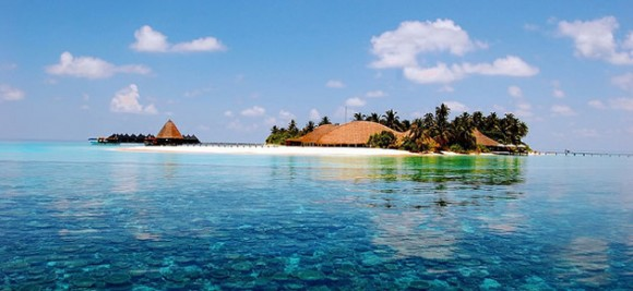 A reef and resort in the Maldives by Mohamed Lujaz Zuhair (Creative Commons)